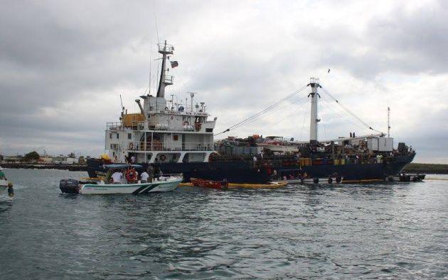 Labores de desembarque de productos del buque. Foto: Parque Nacional Galápagos