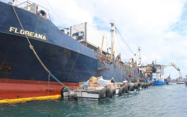 Descarga de los víveres del buque. Foto: Parque Nacional Galápagos