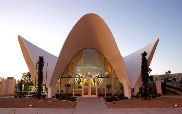 El lobby el hotel La Concha sirve como centro de visitantes del museo. Foto: Facebook The Neon Museum.