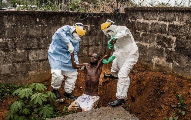 El primer premio en la categoría de noticias generales fue para Peter Muller. En la foto aparece personal sanitario en un centro de atención a enfermos de ébola con un paciente en estado de delirio en Sierra Leona, en noviembre del año pasado. Foto: World Press Photo vía REUTERS