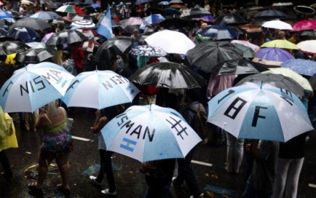 Los manifestantes armaron una gran 'carpa' de paraguas. Foto: AFP