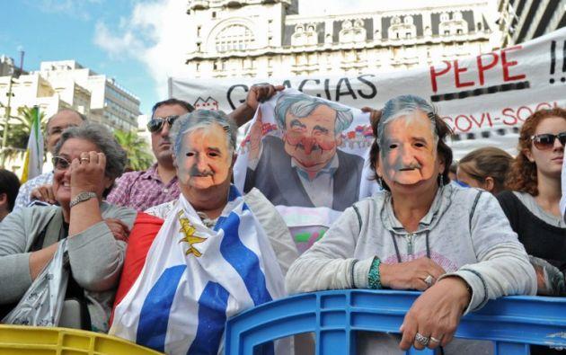 Un día antes de la posesión, ciudadanos se despiden de Mujica. Foto: AFP