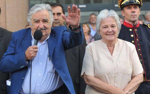 Junto con su esposa, Lucía Topolansky. Foto: AFP