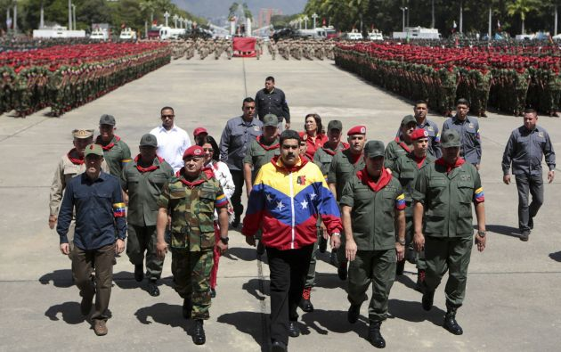 Para militar en conmemoración al comandante. Foto: REUTERS
