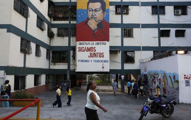 En los barrios de Venezuela cuelgan banners de Chávez. Foto: REUTERS