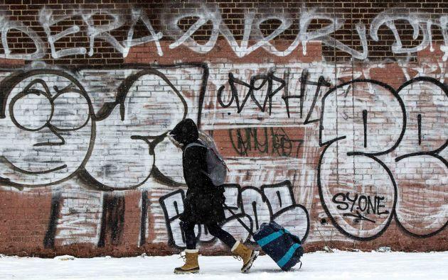 Abrigos y botas son indispensables para los peatones para caminar en estos días por Nueva York.