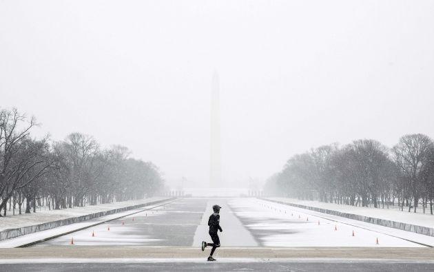Un hombre trota en el National Mall durante una tormenta de nieve en Washington.
