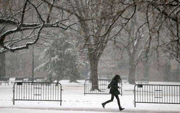 Una mujer corre en el Lafayette Park cerca de la Casa Blanca, en Washington.