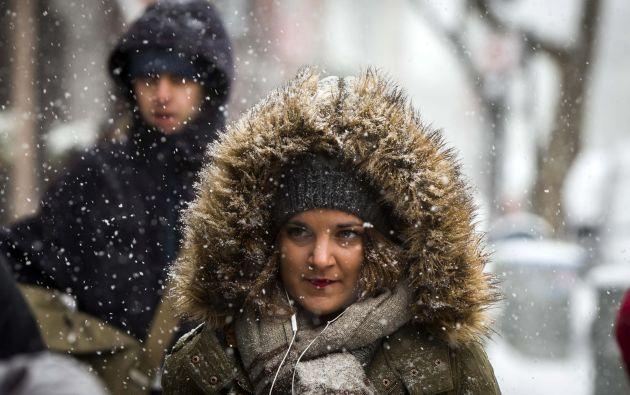 Peatones caminan en medio de la nieve en Nueva York.