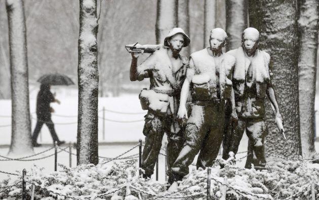 El bronce de las estatuas está escondido por una capa de nieve, en el National Mall de Washington.