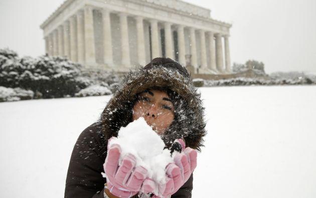 Una turista panameña juega con la nieve en la capital de EEUU.