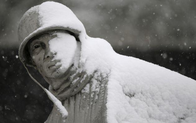 La nieve cubre la cara de una estatua del Korean War Veterans Memorial, en Washington.