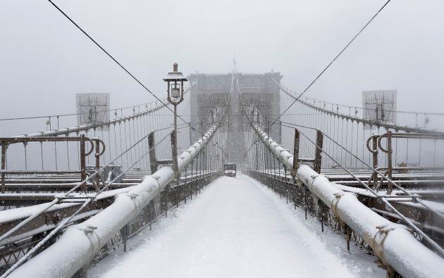 Una toma del puente de Brooklyn, en Nueva York, cubierto de nieve.