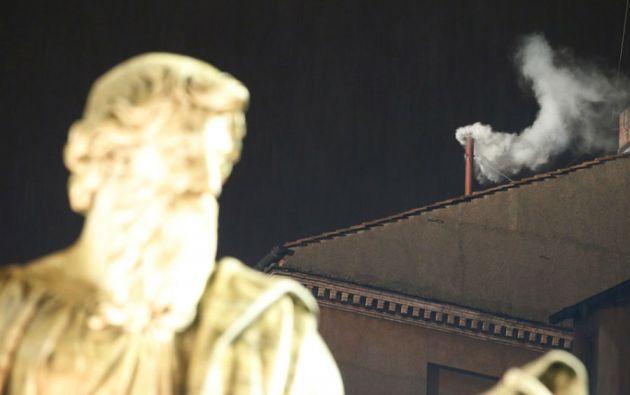 """13 de marzo de 2013. En la quinta votación del segundo día de cónclave, la """"fumata bianca"""" indicaba que un nuevo papa fue elegido."""
