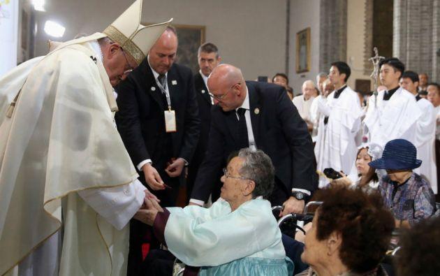 Francisco invitó a algunas mujeres que fueron esclavas sexuales a unas de sus misas en Corea del Sur.