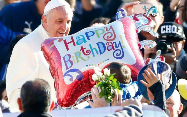Pesea que el Vaticano no celebrar los cumpleaños de los pontífices sino sus onomásticos, los fieles lo felicitaron por su cumpleaños 78.