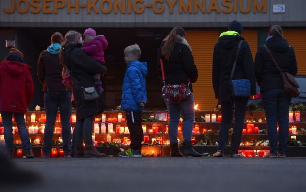 Velas en memorias a un grupo de estudiantes que iban en el avión. Foto: AFP