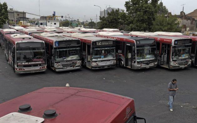 Sólo automóviles circulan por Buenos Aires desde el inicio esta medianoche de la protesta de transportistas y sindicatos opositores. Fotos: REUTERS y AFP.
