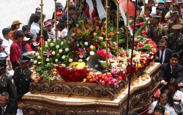 La Virgen de los Dolores es llevada en andas por los fieles.