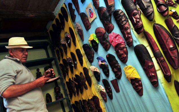 En la tienda comunal se exhiben las máscaras. Los precios varían desde un dólar hasta 50 dólares.