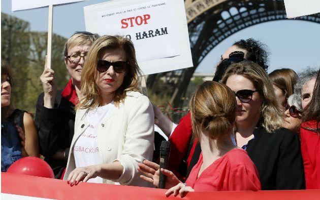 Valerie Trierweiler (de blanco), exprimera dama de Francia, asisitió a un acto cerca de la Torre Eiffel en París. Foto: REUTERS