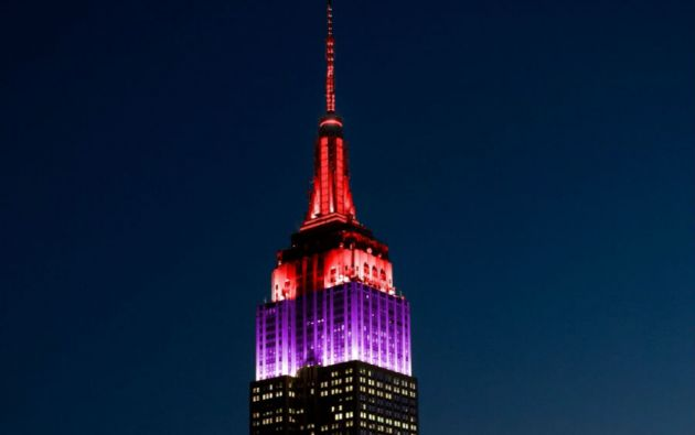 El emblemático Empire State de Nueva York se iluminó de rojo y violeta para recordar a las menores desaparecidas. Foto: www.esbnyc.com