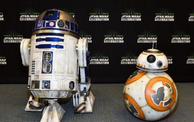 Figuras en tamaño real de los personajes de la saga, como R2D2, se exhiben durante la convención.