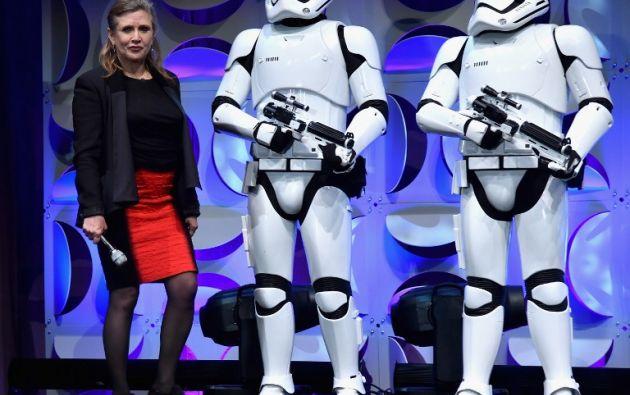 Carrie Fisher, quien dio vida a la Princesa Leia en la cinta original, junto a figurines de Stormtroopers.