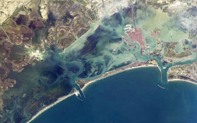 Una isla de barrera estrecha protege la laguna de Venecia de las olas de tormenta en el norte del Mar Adriático.