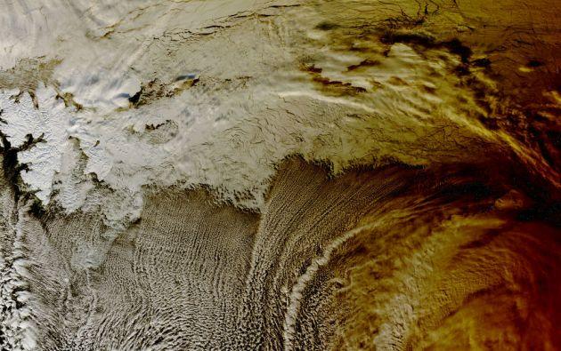 El satélite Terra de la NASA capturó en marzo de 2015 la sombra del eclipse solar en las nubes en el Océano Ártico.