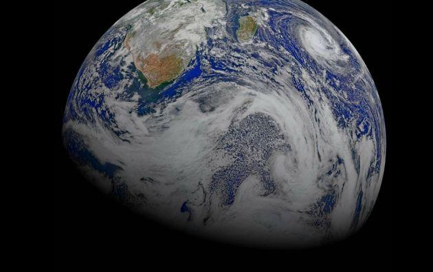 """Imagen compuesta del sur de África y los océanos circundantes. Capturada por seis órbitas del satélite Suomi NPP en abril de 2015. El ciclón """"Joalane"""" se puede ver sobre el océano Índico."""