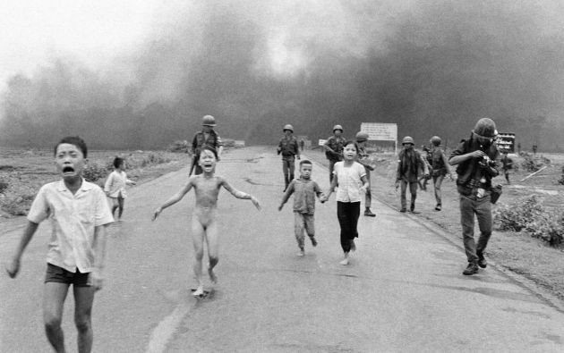 Esta es una foto icónica del conflicto, de Nick Ut, en la que se ve a una niña de nueve años, Phan Thi Kim Phuc, corriendo desnuda y aterrorizada por una carretera tras un ataque con napalm.