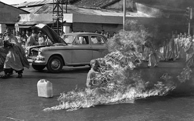 El  monje budista Thich Quang Duc se prendió fuego en protesta contra el gobierno católico de Ngo Dinh Diem.