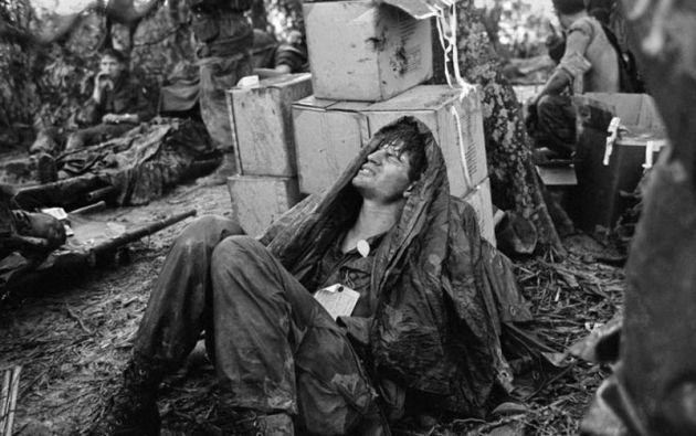 Un paracaidista estadounidense herido en la batalla por Hamburger Hill.