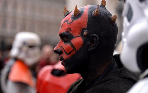Un fanático disfrazado del personaje Darth Maul en Milán. Foto: AFP.