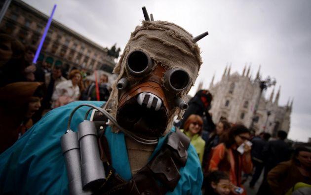 Un hombre con disfraz de Tusken Raider asiste a un evento del Día de Star Wars en Milán. Foto: AFP.