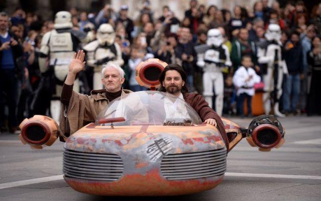 Obi Wan Kenobi y Anakin Skywalker interpretados por dos cosplayers. Foto: AFP.