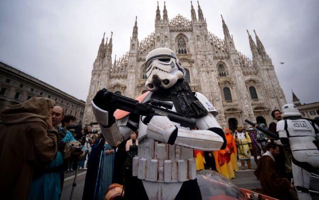 Uno de los fans con disfraz de stormtrooper afuera de la Catedral de Milán. Foto: AFP