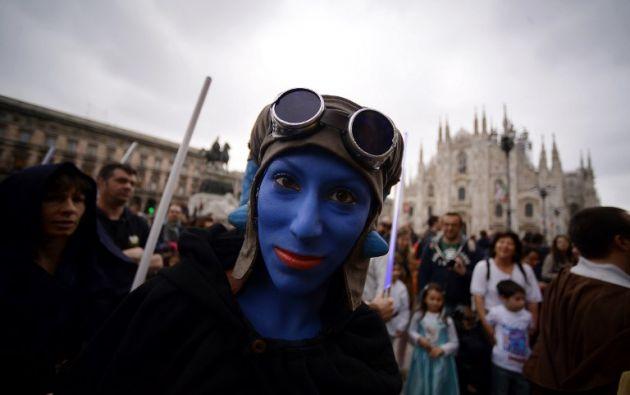 Una fanática vestida de Aayla Secura posa en Milán. Foto: AFP.