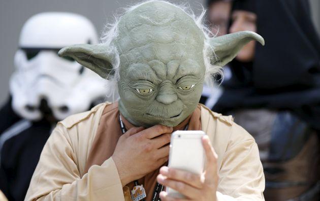Un admirador de Star Wars da vida a Yoda con un peculiar traje, en un evento para fans en Tokio (Japón). Foto: REUTERS.