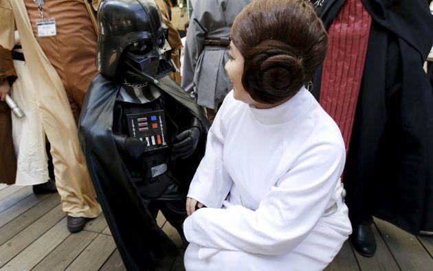 Otro niño con traje del villano Darth Vader junto a una mujer que da vida a la Princesa Leia. Foto: REUTERS.