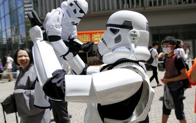 Los fanáticos interactúan con otros personajes y portan juguetes de colección de la saga. Foto}: REUTERS.