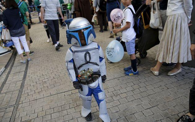 Un menor en el recordado traje de Jango Fett camina en el evento en Japón. Foto: REUTERS.