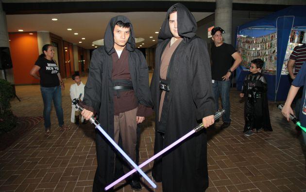 Un par de jóvenes representan a Luke y Anakin Skywalker.