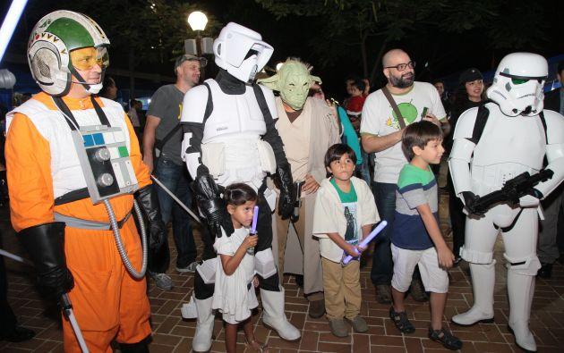 Los niños también se unieron, algunos con disfraces, otros con objetos representativos de la saga, como los lightsabers.