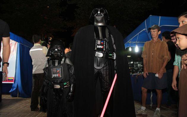 Un adulto y un niño eligieron interpretar al mítico Darth Vader en esta celebración.