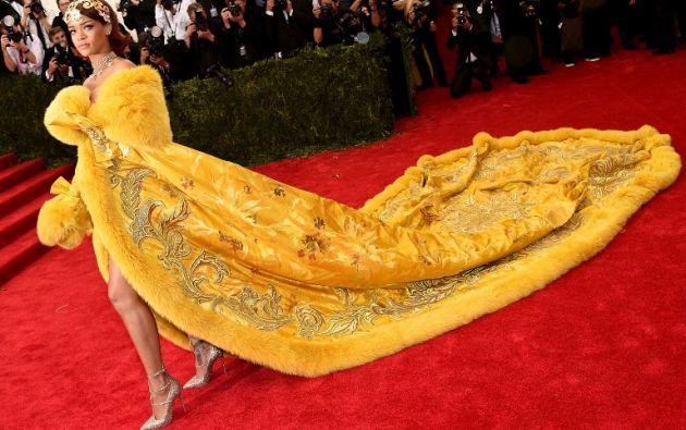 La cantante Rihanna llamó la atención con su vestido, que fue alabado y criticado a la vez. Foto: AFP.