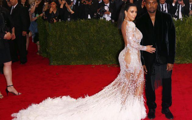 Kim Kardashian posa junto a su esposo Kanye West. Foto: REUTERS.