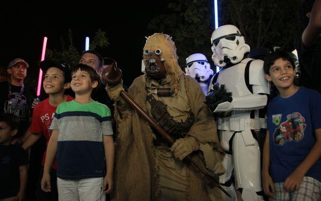 Un hombre vestido de Tusken Raider posa junto a otros fans de la saga.