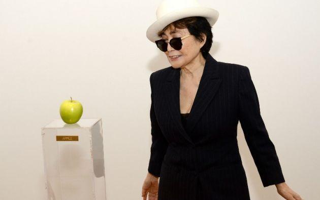 manzana verde en un pedestal de plexiglas y una sola palabra Apple (manzana)